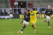 Fussball: 2. Bundesliga, FC St. Pauli - VFL Osnabrück, Hamburg, 27.11.2020<br /> Kevin Wolze (Osnabrück, r.) - Kevin Lankford (Pauli)<br /> © Torsten Helmke