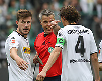 Fotball<br /> Tyskland<br /> Foto: imago/Digitalsport<br /> NORWAY ONLY<br /> <br /> Rote Karte, Platzverweis gegen HÅvard Nordtveit (Bor. Moenchengladbach, 16, li.), durch Schiedsrichter Michael Weiner, Roel Brouwers (Bor. Moenchengladbach), Borussia Mönchengladbach vs. FC Augsburg, 34. Spieltag, Saison 2014/2015, 23.05.2015,