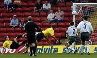 Fotball<br /> Foto: SBI/Digitalsport<br /> NORWAY ONLY<br /> <br /> Watford v Plymouth Argyle<br /> Coca-Cola Championship. 28/08/2004.<br /> <br /> Watford get an equalising goal through Heidar Helguson (rt).