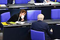DEU, Deutschland, Germany, Berlin, 25.08.2021: Bundesverteidigungsministerin Annegret Kramp-Karrenbauer (CDU)  und Bundesinnenminister Horst Seehofer (CSU) während der Debatte zum Bundeswehreinsatz zur Evakuierung aus Afghanistan in der Plenarsitzung im Deutschen Bundestag.