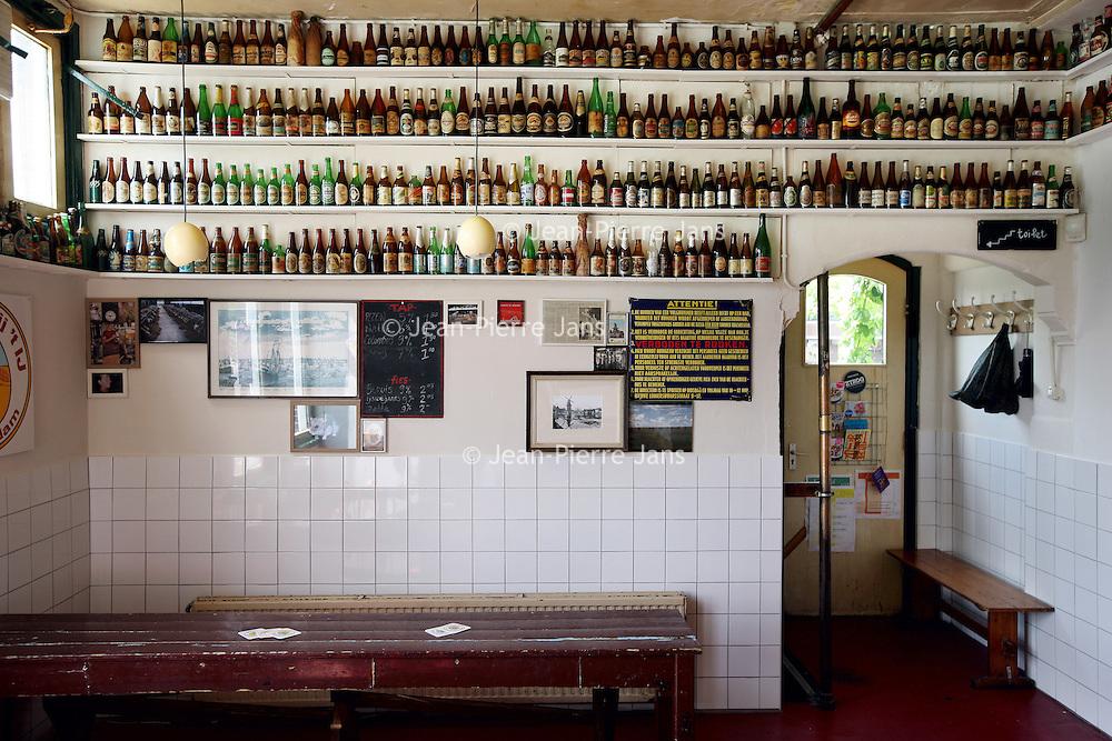 Nederland, Amsterdam , 1 juli 2010..Bierbrouw proces in bierbrouwerij t IJ..Brouwerij 't IJ is een kleine lokale Amsterdamse bierbrouwerij, sinds oktober 1985 gevestigd in voormalig badhuis Funen, naast Molen De Gooyer. De brouwerij wordt geleid door Kaspar Peterson. Alle bieren zijn gemaakt van 'biologische' grondstoffen en door SKAL[1] gecertificeerd. De brouwerij heeft ook een proeflokaal, dat alleen IJ-bier schenkt. In tegenstelling tot veel andere proeflokalen wordt het IJ-lokaal ook veel als stamkroeg gebruikt..Brouwerij 't IJ is a small local brewery in Amsterdam since 1985, producing very nice beer. The tasting room is used as a.favorite bar for many beer lovers.