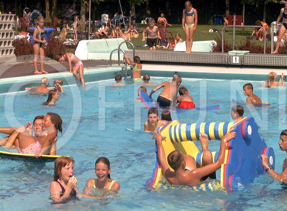 fotografie frank uijlenbroek©2001 michiel van de velde.010726 heino ned.zwembad de tippe drukte van bezoekers ivm het mooie weer.SA1