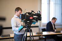 DEU, Deutschland, Germany, Berlin, 23.03.2020: Gesundheitsausschuss im Abgeordnetenhaus von Berlin, ein Kameramann des RBB schützt sich mit Gummihandschuhen vor einer Ansteckung mit dem Coronavirus. Thema im Ausschuss waren die Berliner Maßnahmen gegen die Ausbreitung der Pandemie Coronavirus (Covid-19).