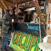 """Vandaag werd op het Beursplein te Amsterdam onder een handvol actievoerders vergaderiing gehouden. Robert Jan Kelder, oprichter en directeur van de Stichting Uitgeverij Willehalm Instituut maakte van de gelegenheid gebruik een hield een presentatie van het zojuist verschenen boek """"Doodlopende weg - waarom de Nederlandse geheime dienst haar top geheimagent Theo van Gogh heeft vermoord"""" van Slobodan Mitric, alias Karate Bob. Op de foto Rob Bril bij het verkooppunt voor actievoerders.Foto JOVIP/JOHN VAN IPEREN"""