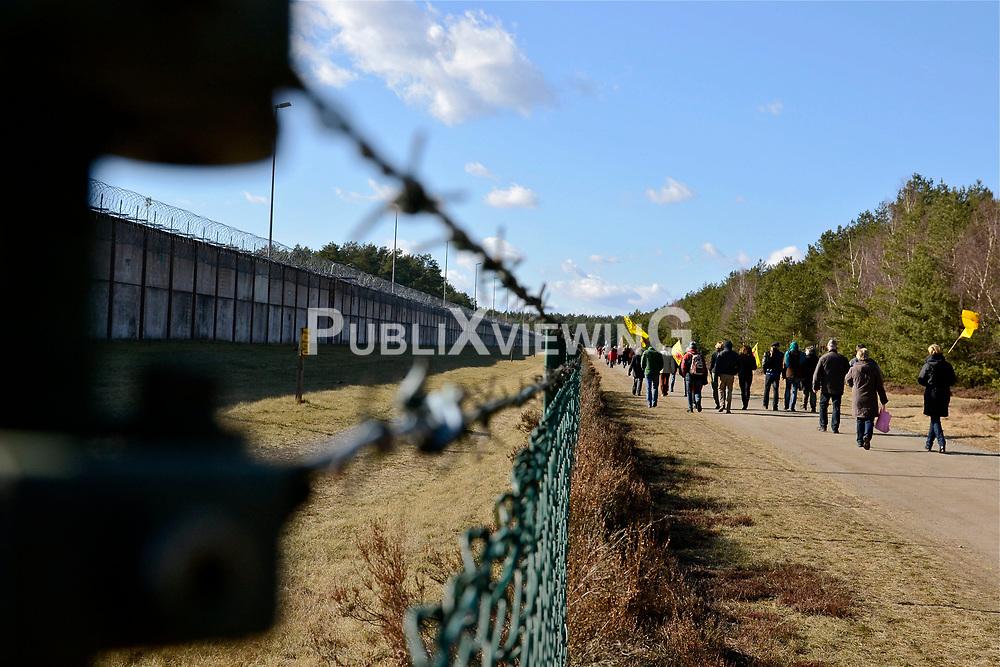 """Rund 200 Atomkraftgegner haben am 26. Februar 2012 an die Benennung Gorlebens zum Standort für ein nukleares Entsorgungszentrum vor 35 Jahren erinnert. """"Viele von denen, die 1977 schon dabei waren, haben bei der Kundgebung gesprochen"""", sagte die Vorsitzende der Bürgerinitiative Lüchow-Dannenberg, Kerstin Rudek. Niedersachsens damaliger Ministerpräsident Ernst Albrecht (CDU) hatte am 22. Februar 1977 verkündet, dass in Gorleben ein Endlager, eine atomare Wiederaufarbeitungsanlage (WAA), mehrere Zwischenlager und eine Brennelementefabrik gebaut werden sollten.<br /> <br /> Ort: Gorleben<br /> Copyright: Kina Becker<br /> Quelle: PubliXviewinG"""