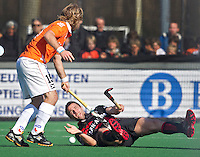BLOEMENDAAL - Amsterdam-speler Santi Freixa (R) gaat onderuit tegen Olmer Meijer van Bloemendaal, ,zondag tijdens de competitiewedstrijd hockey bij de mannen tussen Bloemendaal en Amsterdam (3-1).  COPYRIGHT KOEN SUYK