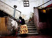 """Abril y Mayo 2011/Bolivia <br /> <br /> Carmen Rosa La Luchadora peina su cabello afuera de su casa<br /> <br /> Foto:Juan Gonzalez<br /> <br /> CHOLITA LIBRE<br /> <br /> Carmen Rosa La Campeona<br /> <br /> En las alturas del altiplano Boliviano, vive una mujer indígena de 41 años que  se esfuerza  por conquistar el mundo de la lucha libre profesional en este país, mundo que es dominado por un ferviente sistema machista. Esta luchadora, con su típico sombrero de Bombín y su pollera, realiza esta actividad desde el 2001 año en el cual comenzó a luchar en un club llamado los Titanes del Ring que produjo sus primeras excursiones con el mundo de la lucha libre. Tres años  después se retiro de ahí, por este motivo formo una nueva sociedad con tres cholitas luchadoras las que se apodaron las Mamachas del Ring, este grupo se formo luego  de a ver sido confinado  por un empresario llamado Juan Mamani que lucraba monetariamente  y las luchadoras recibían malos tratos. Este equipo de lucha comenzó a recorrer cada rincón de su país encabezado por su líder Carmen Rosa, durante este tiempo muchos medios de comunicación extranjera y turistas que visitaban Bolivia no perdían la oportunidad de ver  este espectáculo novedoso.<br /> <br />  """"La campeona"""" divide su tiempo entre  las tareas del hogar, el gimnasio y  también el trabajo en un canal de televisión en Bolivia (PAT), específicamente, en el programa  """"del cielo al infierno"""" donde su rol es de notera, cosa poco común entre las cholitas. Por esta  razón,  el  tiempo dedicado a sus hijos y marido Oscar  se vuelve escaso.<br /> <br /> El fenómeno de  esta  luchadora  no solo ha cambiado  el rígido  paradigma cultural  de Bolivia , sino que también  se alinea en  las sendas  de una resignificación femenina , debido a que  en ella   también es notoria una lucha , fuera del cuadrilátero, para posicionar el poderío femenino. <br /> <br /> finalmente  este hecho es contradictorio, en tanto, se entiende que hay una  tensión entre una"""