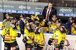 21.03.2017, Eiswelle, Bozen, ITA, EBEL, HCB Suedtirol Alperia vs UPC Vienna Capitals, Playoff, Halbfinale, 4. Spiel, im Bild Tme Out, Spielerbank Vienna Capitals, v.l. Jonathan Ferland (Vienna Capitals), Macgregor Sharp (Vienna Capitals), Sascha Bauer (Vienna Capitals), Jamie Fraser (Vienna Capitals), Jerry Pollastrone (Vienna Capitals), Riley Holzapfel (Vienna Capitals), Trainer Tom Pokel (HCB Suedtirol) // during the Erste Bank Icehockey League, playoff semifinal 4th match between HCB Suedtirol Alperia and UPC Vienna Capitals at the Eiswelle in Bozen, Italy on 2017/03/21. EXPA Pictures © 2017, PhotoCredit: EXPA/ Johann Groder