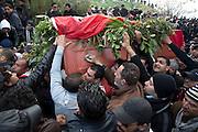 La foule porte le cercueil pendant l'impressionant hommage du peuple Tunisien à Chokri Belaid au cimentiere Jallez, plus de 40.000 personnes lui rendent un hommage ce 8 fevrier 2013