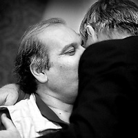 Nederland. Amsterdam. 11-10-2000..De uit Iran gevluchte schrijver Kaveh Goharin. Writer Kaveh Goharin, fled from Iran in Amsterdam at the mayors' house. Embraced by the former mayor Patijn.