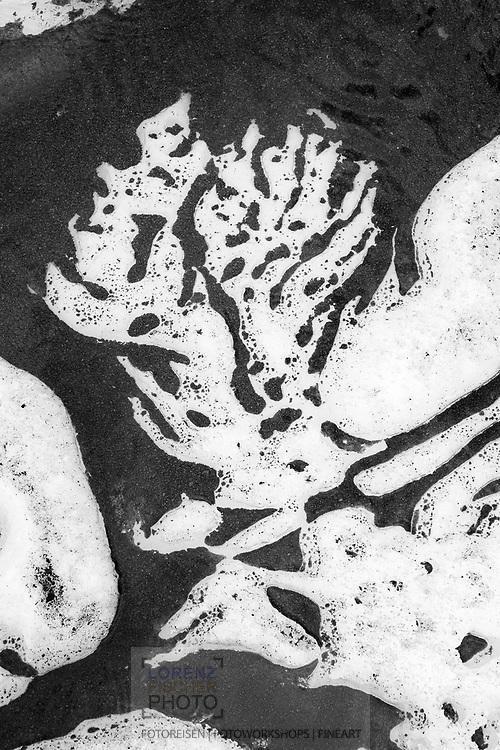 Sedimentstrukturen in einem Schmelzwassertümpel auf dem Gornergletscher; Zermatt, Wallis, Schweiz / <br /> <br />  Sediment structures in a melt pool on the Gorner glacier; Zermatt, Valais, Switzerland