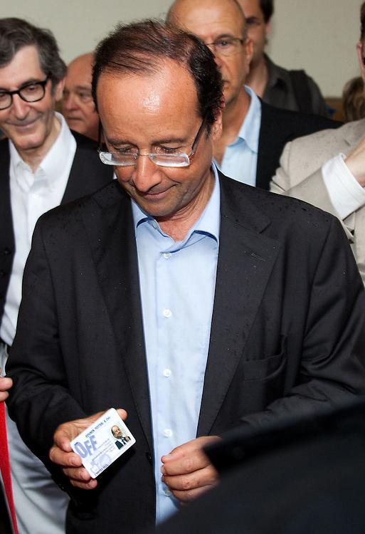 FRANCOIS HOLLANDE avec sa carte du festival OFF en Avignon pour le festival 2011