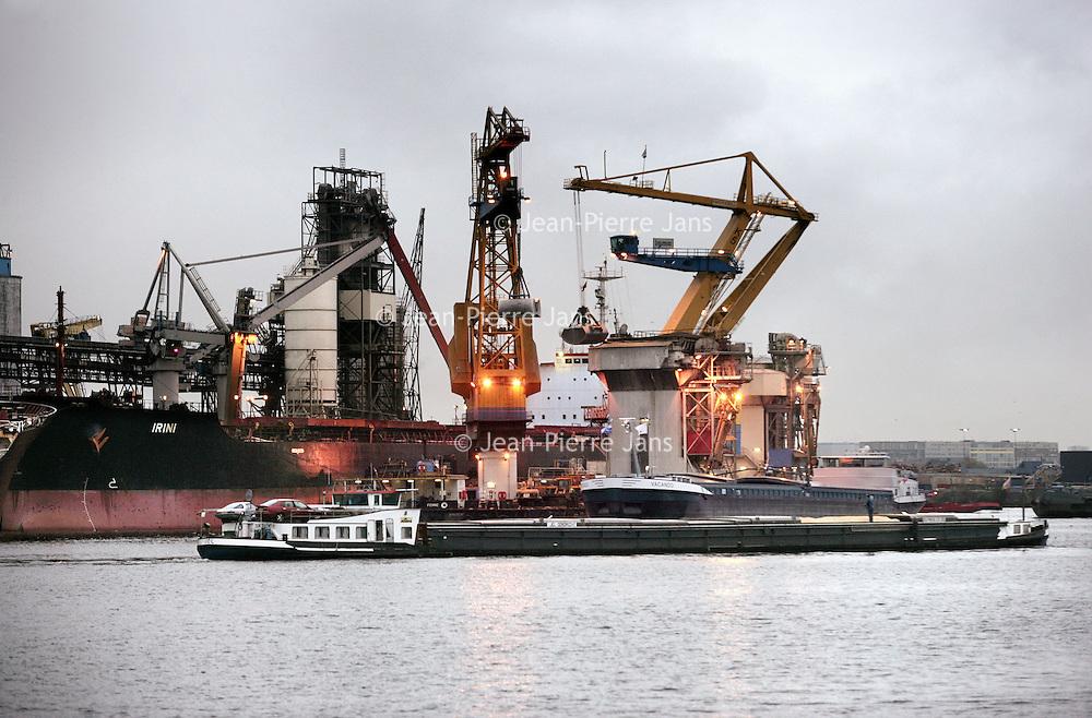 Nederland, Amsterdam , 2 oktober 2009...Westelijk Havengebied. De ladingen van binnenvaartschippers wordt geladen en gelost. .Western Port area. Cargo loading and unloading.