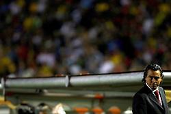 O técnico da seleção peruana é visto durante a partida entre as seleções do Brasil e Peru em partida válida pelas eliminatórias da Copa do Mundo de 2010. FOTO: Jefferson Bernardes / Preview.com