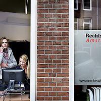 Nederland, Amsterdam , 7 december 2010..Menno en Bianca, studenten die werken voor de met opheffing bedreigde Rechtswinkel Amsterdam in de Dusartstraat .Foto:Jean-Pierre Jans