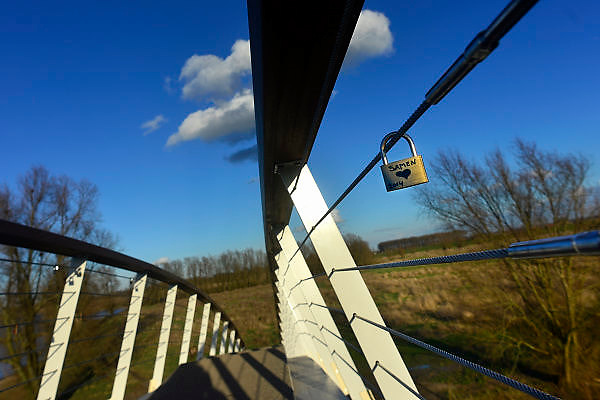 Nederland, Nijmegen, 21-2-2014 Sinds kort ligt er langs de Waal en over de toegang het meertje waar woonboten liggen, een bruggetje, voetgangersbrug, die het centrum van de stad verbindt met de stadswaard in de Ooijpolder. De brug heet Ooijpoort. Hiermee is een aantrekkelijke wandelroute gemaakt met het natuurgebied. verliefde stelletjes, paren,paartjes, hebben er al liefdesslotjes aan gehangen.Foto: Flip Franssen/Hollandse Hoogte
