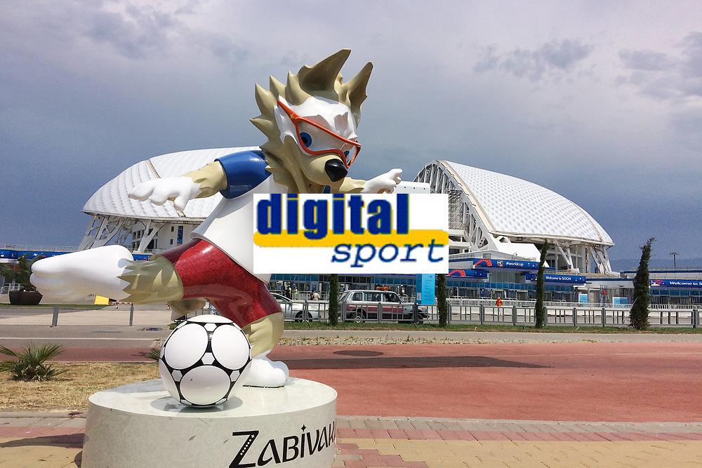 Der Wolf Zabivaka ist das Maskottchen der Fußball-WM 2018 in Russland-hier vor dem Fisht Olympic Stadium in Sochi. Portugal (POR)-Spanien (ESP), Vorrunde, Gruppe B, Spiel 1, am 15.06.2018 in SOTSCHI,Fisht Olymipic Stadium. Fussball Weltmeisterschaft 2018 in Russland vom 14.06. - 15.07.2018. *** The Wolf Zabivaka is the mascot of the Football World Cup 2018 in Russia here before the Fisht Olympic Stadium in Sochi Portugal POR Spain ESP Preliminary Group B Match 1 on 15 06 2018 in SOCHI Fisht Olymipic Stadium Football World Cup 2018 in Russia from 14 06 15 07 2018