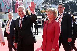 03.10.2015, Frankfurt am Main, GER, Tag der Deutschen Einheit, im Bild Winkender Bundespräsident Joachim Gauck mit Lebensgefährtin Daniela Schadt // during the celebrations of the 25 th anniversary of German Unity Day in Frankfurt am Main, Germany on 2015/10/03. EXPA Pictures © 2015, PhotoCredit: EXPA/ Eibner-Pressefoto/ Roskaritz<br /> <br /> *****ATTENTION - OUT of GER*****