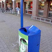 NLD/Huizen/20060628 - nieuwe afvalbak Nederland schoon geplaatst winkelcentrum oostermeent Huizen met handtekening wethouder