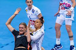 14-12-2018 FRA: Women European Handball Championships France - Netherlands, Paris<br /> Second semi final France - Netherlands / Kelly Dulfer #18 of Netherlands, Beatrice Edwige #24 of France