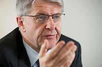 29 APR 2009, BERLIN/GERMANY:<br /> Rolf-Peter Hoenen, Sprecher der Vorstaende der HUK- COBURG Versicherungsgruppe und Praesident  des Gesamtverbandes der Deutschen Versicherungswirtschaft, waehrend einem Interview, Gesamtverband der Deutschen Versicherungswirtschaft<br /> IMAGE: 20090429-01-067