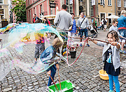 Gdańsk, (woj. pomorskie) 18.07.2016. Atrakcyjna zabawa dla dzieci - puszczanie baniek mydlanych.