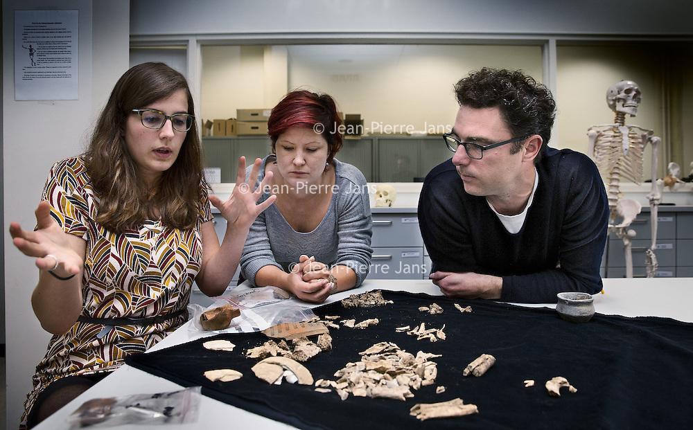 Nederland, Leiden, 31 oktober 2016.<br /> Onderzoek naar vondst Merovingisch grafveld in Echt.<br /> Een deel van de vondst wordt onderzocht in het lab in Leiden.<br /> Op de foto: Onderzoeksteam v.l.n.r.Femke Lippok, Barbara Veselka en Ivo van Wijk<br /> <br /> Foto: Jean-Pierre Jans