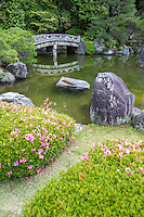 "Chion-in Hojo Garden is in the chisen kansyo style pond garden and designed in the early Edo period by Gyokuen and Ryoami, who were connected to garden master Kobori Enshu.  Kyoto prefecture has designated the garden as ""Famous Scenic Spot"""