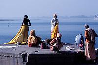 Inde - Uttar Pradesh - La ville sainte de Benares (Varanasi) - Groupe de Sadhu (homme saint)