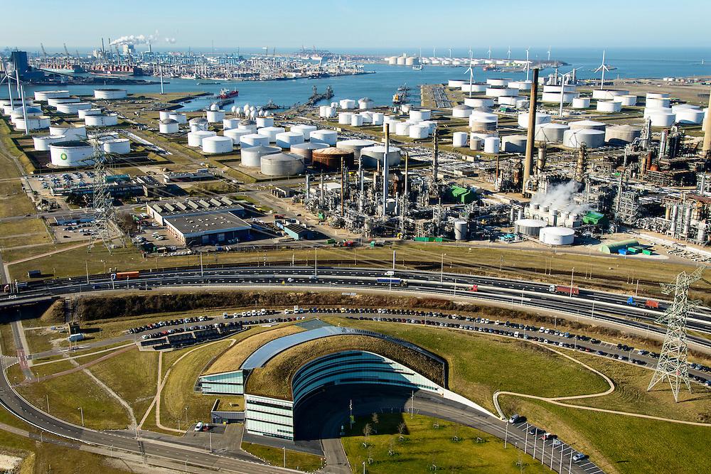 Nederland, Zuid-Holland, Rotterdam, 18-02-2015. Hoofdkantoor van BP in de oksel van de weg, rechts de Europoort raffinaderij van BP.<br /> Main office BP and BP refinery.<br /> luchtfoto (toeslag op standard tarieven);<br /> aerial photo (additional fee required);<br /> copyright foto/photo Siebe Swart