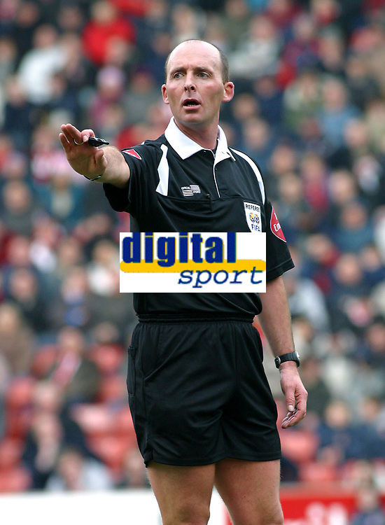 Photo: Dave Linney.<br />Stoke City v Birmingham City. The FA Cup. 19/02/2006.<br />Ref Mike Dean