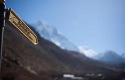 """THEMENBILD - Wegweiser zum 6189m hohen Island Peak. Wanderung im Sagarmatha National Park in Nepal, in dem sich auch sein Namensgeber, der Mount Everest, befinden. In Nepali heißt der Everest Sagarmatha, was übersetzt """"Stirn des Himmels"""" bedeutet. Die Wanderung führte von Lukla über Namche Bazar und Gokyo bis ins Everest Base Camp und zum Gipfel des 6189m hohen Island Peak. Aufgenommen am 20.05.2018 in Nepal // Trekkingtour in the Sagarmatha National Park. Nepal on 2018/05/20. EXPA Pictures © 2018, PhotoCredit: EXPA/ Michael Gruber"""