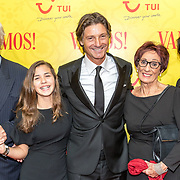 NLD/Amsterdam/20171001 - Première musicalcomedy Vamos, Rik Engelkes, dochters Teddie en Minka Lee met zijn ouders