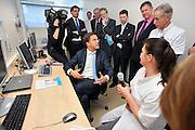 Nederland, Nijmegen, 16-3-2011Premier Mark Rutte opent het centrum voor opsporing en behandeling van prostaatkanker in het umc radboud door een nieuwe mri scanner in gebruik te stellen. Hoogleraar Radiologie Jelle Barendz leidt het onderzoek naar nauwkeurige, snelle en milde methodes om prostaatkanker vast te stellen. Met de nieuwe MRI-scanner is in een half uur vast te stelen of een man prostaatkanker heeft, hoe agressief het is en of het uitgezaaid is, zodat meteen de juiste behandeling kan worden gekozen. Foto: Flip Franssen/Hollandse Hoogte