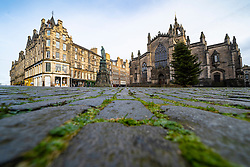 Edinburgh, Scotland, UK. 28 December 2020. Scenes from Edinburgh City Centre as Scotland starts first weekday under the most severe level 4 lockdown with all non-essential businesses closed. Pic; The Royal Mile and parliament Square at St Giles is very quiet with very few tourists. Iain Masterton/Alamy Live News