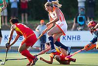 ALKMAAR - Kim Lammers zorgt voor onrust in de Chinese verdediging waaruit een strafbal en het winnende doelpunt voortkomt,  tijdens het vierlandentoernooi Rabo Trophy 2010 hockey in Alkmaar  tussen Nederland en China (3-2).