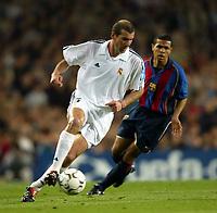Fotball. UEFA Champions League. Første semifinale. 23.04.2002.<br /> Barcelona v Real Madrid 0-2.<br /> Geovanni, Barcelona.<br /> Zinedine Zidane, Real Madrid.<br /> Foto: David Rawcliffe, Digitalsport
