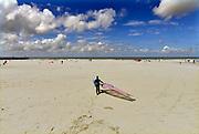 Nederland, the Netherlands, Scheveningen, 19-5-2015 Een windsurfer loopt met zijn surfplank over het strand naar de zee om te gaan surfen. Foto: ANP/ Hollandse Hoogte/ Flip Franssen