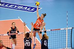 08-01-2016 TUR: European Olympic Qualification Tournament Nederland - Italie, Ankara<br /> De volleybaldames hebben op overtuigende wijze de finale van het olympisch kwalificatietoernooi in Ankara bereikt. Italië werd in de halve finales met 3-0 (25-23, 25-21, 25-19) aan de kant gezet Anne Buijs #11, Debby Stam-Pilon #16