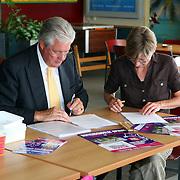 NLD/Huizen/20070814 - Ondertekening overeenkomst St.Kinderopvang Huizen en SV Huizen over naschoolse opvang
