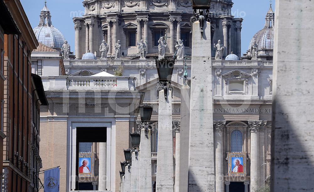 Rom, Vatikan 25.04.2014 Heiligsprechung Papst Johannes Paul II und Papst Johannes XXIII Bilder der beiden Paepste; Papst Johannes Paul II (li) und Papst Johannes XXIII am Petersdom aus dem Blickwinkel der Via della Conciliazione in Rom aus