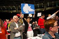 DEU, Deutschland, Germany, Berlin, 10.05.2014: Bundesparteitag der Partei DIE LINKE im Velodrom. Delegierte mit Friedenstaubenschild. Die Linkspartei kritisiert NATO, EU und Bundesregierung für ihr Vorgehen im Ukrainekonflikt.