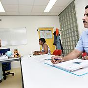 Nederland Rotterdam 21 augustus 2006 Foto: David Rozing .Analfabeten krijgen taalles via Roteb. .Foto David Rozing