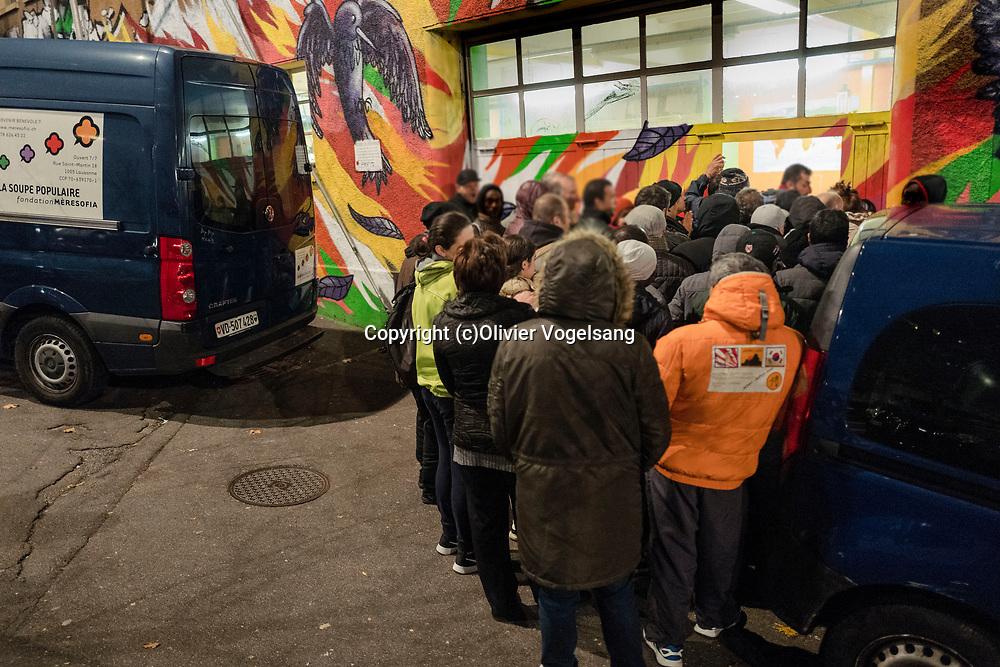 Lausanne, novembre 2017. La soupe populaire de la fondation mère sofia. Un bénévole préposé aux boissons. Avant l'ouverture des portes. © Olivier Vogelsang
