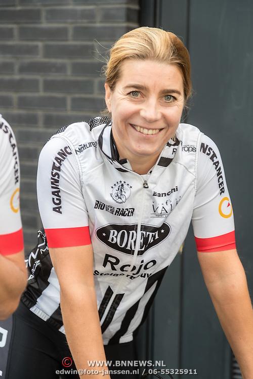 NLD/Almere/20160924 - Start fietstocht BN'ers trappen darmkanker de wereld uit, Nicolien Sauerbreij