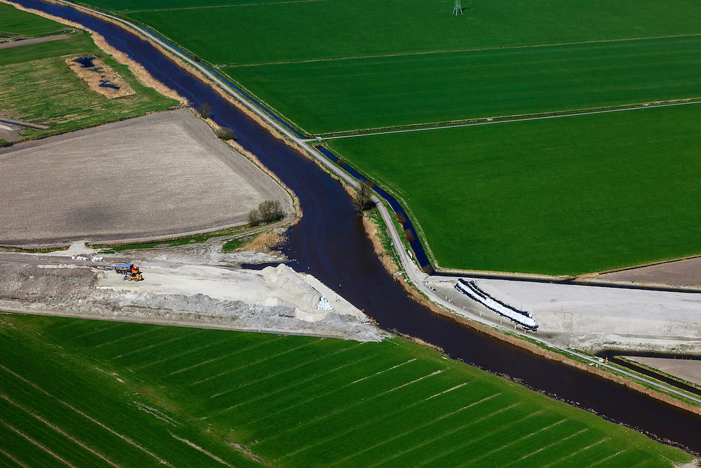Nederland, Friesland, Leeuwarden, 01-05-2013; aanleg N31 de Haak om Leeuwarden. Kruising met water van de Swette (Zwette), detail. .De nieuwe rijksweg vormt de verbinding tussen de huidige A31 bij Marsum en de N31 bij Hemriksein (Wâldwei)..Construction of new motorway N31, near Leeuwarden , crossing channel Zwette. .luchtfoto (toeslag op standard tarieven).aerial photo (additional fee required).copyright foto/photo Siebe Swart