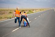 Lieske Yntema gaat van start voor de derde poging. Ze gaat goed van start, maar valt halverwege alsnog. Op maandagochtend vinden de kwalificaties plaats. Het team slaagt er door valpartijen niet in om de rijders en de VeloX V te kwalificeren. Het Human Power Team Delft en Amsterdam (HPT), dat bestaat uit studenten van de TU Delft en de VU Amsterdam, is in Amerika om te proberen het record snelfietsen te verbreken. Momenteel zijn zij recordhouder, in 2013 reed Sebastiaan Bowier 133,78 km/h in de VeloX3. In Battle Mountain (Nevada) wordt ieder jaar de World Human Powered Speed Challenge gehouden. Tijdens deze wedstrijd wordt geprobeerd zo hard mogelijk te fietsen op pure menskracht. Ze halen snelheden tot 133 km/h. De deelnemers bestaan zowel uit teams van universiteiten als uit hobbyisten. Met de gestroomlijnde fietsen willen ze laten zien wat mogelijk is met menskracht. De speciale ligfietsen kunnen gezien worden als de Formule 1 van het fietsen. De kennis die wordt opgedaan wordt ook gebruikt om duurzaam vervoer verder te ontwikkelen.<br /> <br /> The qualifying on Monday. The team didn't qualify due to crashes. The Human Power Team Delft and Amsterdam, a team by students of the TU Delft and the VU Amsterdam, is in America to set a new  world record speed cycling. I 2013 the team broke the record, Sebastiaan Bowier rode 133,78 km/h (83,13 mph) with the VeloX3. In Battle Mountain (Nevada) each year the World Human Powered Speed Challenge is held. During this race they try to ride on pure manpower as hard as possible. Speeds up to 133 km/h are reached. The participants consist of both teams from universities and from hobbyists. With the sleek bikes they want to show what is possible with human power. The special recumbent bicycles can be seen as the Formula 1 of the bicycle. The knowledge gained is also used to develop sustainable transport.