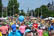 Nederland, Nijmegen, 21-7-2017 Intocht van de wandelaars in Nijmegen op de vierde dag van de 101e 4Daagse . Het vierdaagselegioen loopt over de Via Gladiola Nijmegen binnen. vlak voor de deadline van 18.00 uur komen nog mensen aan op de Wedren, uitgeput maar blij. Na een feestelijke intocht volgt de uiteindelijke finish en het ophalen van het kruisje, vierdaagsekruisje, op de Wedren. Iedere deelnemer krijgt een bloem, gladiool, uitgerijkt. Foto: Flip Franssen