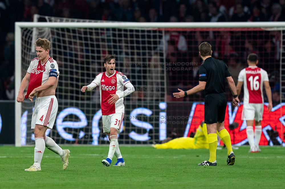 08-05-2019 NED: Semi Final Champions League AFC Ajax - Tottenham Hotspur, Amsterdam<br /> After a dramatic ending, Ajax has not been able to reach the final of the Champions League. In the final second Tottenham Hotspur scored 3-2 / Nicolas Tagliafico #31 of Ajax, Andre Onana #24 of Ajax, Matthijs de Ligt #4 of Ajax, Daley Sinkgraven #8 of Ajax