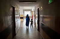 19.06.2016 Bialystok woj podlaskie Dzien Otwarty Osrodka dla Cudzoziemcow . Obecnie w Osrodku przebywa prawie 180 osob , w wiekszosci sa to Czeczeni oraz kilkanascie osob ze wschodniej Ukrainy i Krymu N/z Czeczenka z dzieckiem na korytarzu Osrodka fot Michal Kosc / AGENCJA WSCHOD